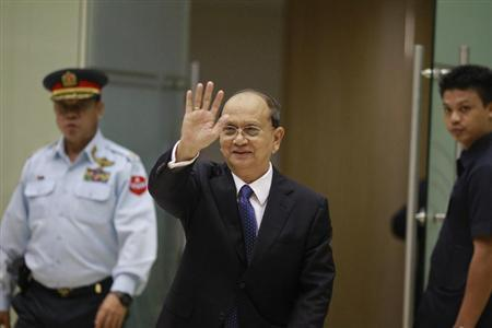 Myanmar's President Thein Sein waves as he arrives at Yangon International Airport after returning from the U.S. May 22, 2013. REUTERS/Soe Zeya Tun