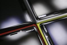 Смартфоны Nokia Lumia в магазине в Варшаве 11 января 2013 года. Финская Nokia выпустит версию своего недорогого смартфона Lumia с большим экраном в попытке успешнее конкурировать с лидером рынка - южнокорейской Samsung, продающей телефоны самых разных размеров. REUTERS/Kacper Pempel
