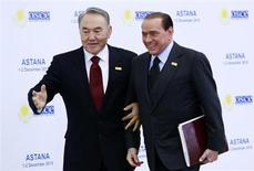 """Президент Казахстана Нурсултан Назарбаев (слева) приветствует премьер-министра Италии Сильвио Берлускони на саммите ОБСЕ в Астане 1 декабря 2010 года. Казахстан надеется """"безоблачно преодолеть"""" инцидент с высылкой с Запада на родину жены диссидента, едва не обернувшийся расколом правящей коалиции в Италии, одном из крупнейших инвесторов в добычу нефти на каспийских месторождениях. REUTERS/Francois Lenoir"""