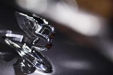 Эмблема Bentley на капоте автомобиля на Женевском автосалоне 3 марта 2010 гола. Автопроизводитель Bentley намерен освоить новую для себя нишу рынка и построить первый в истории бренда кроссовер, что, однако, может расстроить некоторых автолюбителей. REUTERS/Valentin Flauraud