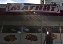 Женщина проходит мимо магазина Магнит в Москве 24 июля 2012 года. Один из крупнейших в России ритейлеров Магнит улучшил прогнозы выручки и маржи в текущем году после удачного отчета за второй квартал. REUTERS/Maxim Shemetov