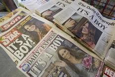 Periódicos británicos reportan las noticias sobre el nacimiento del hijo del príncipe Guillermo y la duquesa Catalina en Londres, 23 de julio, 2013. El mundo podría ver por primera vez al nuevo príncipe británico el martes, cuando se espera que sus padres, Guillermo y Catalina, dejen el hospital de Londres donde la duquesa dio a luz al nuevo heredero al trono de Gran Bretaña. REUTERS/Neil Hall