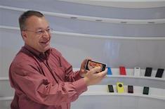 El presidente ejecutivo de Nokia, Stephen Elop, muestra el nuevo modelo de smartphone, el Lumia 1020, en la sede de la empresa en Espoo, durante una entrevista con Reuters, 17 de julio, 2013. El fabricante finlandés de teléfonos móviles Nokia presentó el martes una versión de su teléfono avanzado de bajo precio Lumia con una pantalla más grande, con el objetivo de reducir la distancia que hay con el líder del mercado Samsung, que vende celulares con una amplia gama de tamaños. REUTERS/Ritsuko Ando