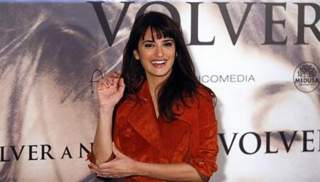 Spanish actress Penelope Cruz gestures during a photocall to present her latest film ''Volver a nacer'' (''Twice Born'') in Madrid January 10, 2013. REUTERS/Sergio Perez