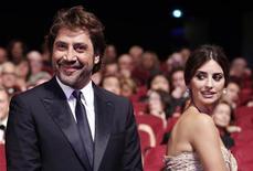 Atores Javier Bardem e Penélope Cruz fotografados durante cerimônia de premiação do 63º Festival de Cannes. Penélope deu à luz uma menina, sua segunda filha, na segunda-feira em Madri, segundo a mídia espanhola. Bardem é o pai. 23/05/2010. REUTERS/Yves Herman