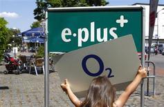 Una niña sostiene el logo de la empresa alemana O2 Deutschland junto al de E-Plus cerca de Múnich, 23 de julio, 2013. REUTERS/Michaela Rehle. El grupo holandés de telecomunicaciones KPN venderá su unidad en Alemania a Telefónica por unos 8.100 millones de euros (11.000 millones de dólares) en efectivo y acciones, un acuerdo que permitirá al grupo español convertirse en líder del mercado alemán de telefonía móvil.