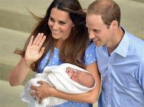 Los duquesa Catalina de Cambrigde presenta a su primogénito recién nacido a la salida del St Mary's Hospital de Londres junto a su esposo el príncipe Guillermo de Inglaterra. El bebé, cuyo nombre aún no se conoce, es tercero en la línea de sucesión al trono de Gran Bretaña. REUTERS/John Stillwell (BRITAIN - Tags: ROYALS ENTERTAINMENT HEALTH)
