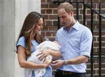 O príncipe William e a duquesa Kate mostram seu filho recém-nascido ao deixarem o hospital St Mary, no centro de Londres, nesta terça-feira. 23/07/2013 REUTERS/Stefan Wermuth