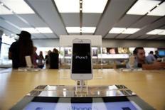 Foto de archivo de un iPhone 5 en una tienda de Apple en Pasadena. Jul 22, 2013. REUTERS/Mario Anzuoni