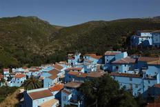 """Imagen panorámica del pueblo español de Júzcar, que decidió mantenerse pintado de azul para seguir atrayendo a los turistas tras ser parte de la campaña promocional de la película """"Los Pitufos"""". Foto de archivo. REUTERS/Jon Nazca"""