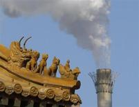 Традиционные китайские ворота на фоне дымящей трубы в Пекине 19 февраля 2013 года. Активность в производственном секторе Китая сократилась в июле до 11-месячного минимума, так как число новых заказов снизилось, а рынок труда ослабел, свидетельствует предварительное исследование. REUTERS/Kim Kyung-Hoon