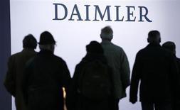 Le bénéfice net avant minoritaires de Daimler atriplé à 4,58 milliards d'euros au deuxième trimestre grâce à une plus-value exceptionnelle tirée de la réévaluation et de la cession de sa participation dans EADS. /Photo prise le 10 avril 2013/REUTERS/Fabrizio Bensch