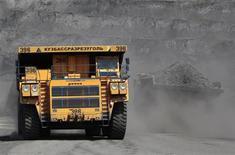 Карьерный грузовки на Бачатском угольном разрезе в Кемеровской области 23 июля 2012 года. Российский лидер в производстве меди Уральская горно-металлургическая компания (УГМК) вложит более $1,5 миллиарда (49,9 миллиарда рублей) в развитие своих предприятий в 2013 году, большая часть средств пойдет на развитие сырьевой базы. REUTERS/Sergei Karpukhin