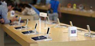 Le titre Apple figure au rang des valeurs à suivre ce mercredi sur les marchés américains, au lendemain de la publication par le groupe à la pomme d'un bénéfice trimestriel en baisse mais légèrement supérieur aux attentes. /Photo d'archives/REUTERS/Mario Anzuoni
