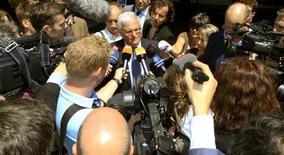 Theo Zwanziger, ex-presidente da Associação Alemã de Futebol (DFB) e membro do comitê executivo da Fifa, fala com jornalistas após reunião do comitê em Zurique. A decisão de realizar a Copa do Mundo de 2022 no Catar foi um erro claro, disse Zwanziger nesta quarta-feira, acrescentando que transferir o torneio para o inverno também seria um grande problema. 17/07/2012. REUTERS/Arnd Wiegmann