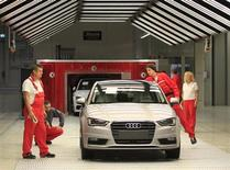 Audi, filiale haut de gamme de Volkswagen, atteindra dès 2013 son objectif de vendre 1,5 million de véhicules par an, soit deux ans plus tôt que prévu, a déclaré Rupert Stadler, président du directoire du constructeur au Handelsblatt. /Photo prise le 12 juillet 2013/REUTERS/Laszlo Balogh