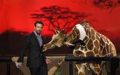 "Actor Jason Sudeikis speaks next to a baby giraffe at the seventh annual Spike TV's ""Guys Choice"" awards in Culver City, California June 8, 2013. REUTERS/Mario Anzuoni"