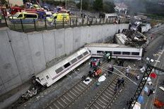 Спасатели оказывают помощь жертвам крушения поезда возле Сантьяго-де-Компостелы 24 июля 2013 года. По меньшей мере 77 человек погибли в результате крушения поезда в испанском регионе Галисия, ставшего одной из крупнейших железнодорожных катастроф в Европе за последние четверть века. REUTERS/Oscar Corral