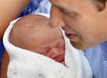 Принц Уильям с сыном возле больницы Святой Марии в Лондоне 23 июля 2013 года. Принц Уильям и его жена герцогиня Кембриджская Кейт назвали рожденного в понедельник сына Джордж Александр Луи, сообщил Кенсингтонский дворец. REUTERS/John Stillwell/POOL