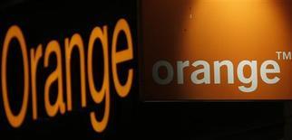 Orange a confirmé jeudi son objectif de cash opérationnel supérieur à sept milliards d'euros en 2013 à la faveur des résultats de son plan de baisse des coûts, tandis que sa marge et son chiffre d'affaires ont continué à reculer au deuxième trimestre sous la pression de la concurrence. /Photo prise le 25 juillet 2013/REUTERS/Christian Hartmann