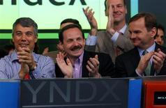 Основатели Яндекса Илья Сегалович (слева) и Аркадий Волож (в центре) празднуют листинг компании на бирже Nasdaq в Нью-Йорке 24 мая 2011 года. Яндекс в четверг опроверг смерть сооснователя Сегаловича, но сообщил о его коме. REUTERS/Mike Segar
