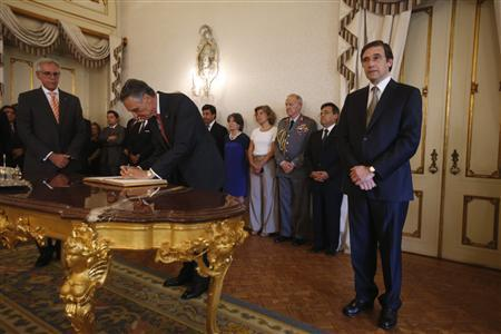 Portugal's Prime Minister Pedro Passos Coelho (R) and President Cavaco Silva (2nd L) attend the swearing-in ceremony of new ministers, including Deputy Prime Minister Paulo Portas (not pictured), at the Belem palace in Lisbon July 24, 2013. REUTERS/Rafael Marchante