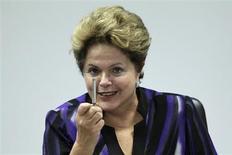 Presidente Dilma Rousseff gesticula durante reunião com o Movimento Negro, no Palácio do Planaltoe, em Brasília. Dilma vetou projeto de lei que acabava com a contribuição social de 10 por cento sobre o saldo total do Fundo De Garantia do Tempo de Serviço (FGTS), paga pelos empregadores ao governo em caso de demissões sem justa causa, segundo edição desta quinta-feira do Diário Oficial da União. 19/07/2013. REUTERS/Ueslei Marcelino