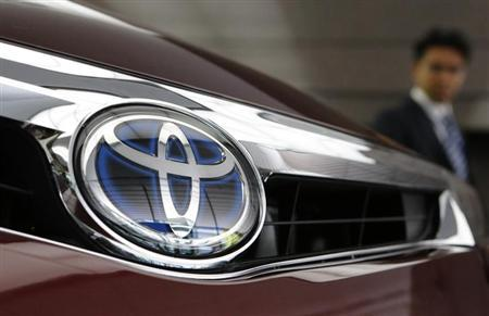 A visitor looks at a Toyota Motor's car at the company show room in Tokyo May 8, 2013.REUTERS/Yuya Shino