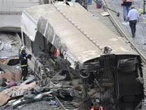 Вагон поезда, сошедшего с рельсов у Сантьяго-де-Компостелы, 25 июля 2013 года. Количество погибших в результате крушения поезда в Испании возросло до 80 человек, а полиция намерена допросить машиниста, более чем в два раза превысившего допустимую скорость, сообщил источник, знакомый с ходом расследования. REUTERS/Eloy Alonso