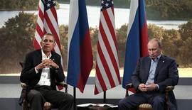 Президенты России и США Владимир Путин и Барак Обама на встрече во время саммита G8 в Лох-Эрне 17 июня 2013 года. Комитет Сената США предложил ввести санкции против России и любой другой страны, которая предоставит политическое убежище бывшему сотруднику ЦРУ Эдварду Сноудену. REUTERS/Kevin Lamarque