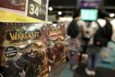 """Exemplaires d'un des épisodes du jeu """"World of Warcraft"""", édité par Activision Blizzard. Vivendi a cédé plus de 85% de sa part dans l'éditeur de jeux vidéo pour 8,2 milliards de dollars (6,2 milliards d'euros), en partie pour renforcer son bilan, réduire sa dette et maintenir la notation de celle-ci. /Photo d'archives/REUTERS/Tony Gentile"""