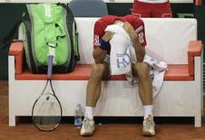 Сербский теннисист Виктор Троицки в перерыве матча Кубка Дэвиса в Праге 6 апреля 2012 года. Международная федерация тенниса (ITF) дисквалифицировала в четверг серба Виктора Троицки, ранее доходившего почти до первой десятки рейтинга ATP, на полтора года из-за отказа пройти допинг-тест на турнире в Монте-Карло. REUTERS/David W Cerny