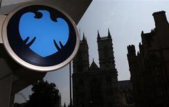Barclays met la dernière main à un projet de levée de capitaux qui devrait probablement se traduire par l'émission de six milliards de livres (7 milliards d'euros) de nouveaux titres, selon le Wall Street Journal qui cite des sources proches de l'opération. /Photo prise 17 juillet 2013/REUTERS/Andrew Winning