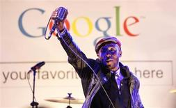 """Hip hop artist Mos Def performs during the """"Discover Music!"""" event at Capitol Studios in Hollywood, California October 28, 2009. REUTERS/Mario Anzuoni"""