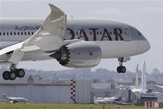 """Un Boeing 787 Dreamliner de Qatar Airways aterriza en el aeropuerto Le Bourget, un día antes del 50th Show Aéreo de París, que fue celebrado del 17 al 23 de junio. REUTERS/Pascal Rossignol. Qatar Airways dijo el viernes que dejó fuera de servicio a uno de sus Dreamliner 787 tras lo que describió como un problema técnico """"menor"""", en momentos en que crece la presión sobre Boeing por posibles nuevos problemas eléctricos con su jet."""