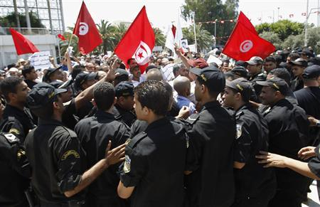 Tunisian protesters clash with riot police during a demonstration near the parliament building in Tunis July 27, 2013. REUTERS/Zoubeir Souissi