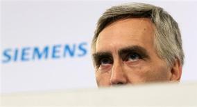 Siemens a annoncé samedi soir le départ de Peter Löscher quatre ans avant la fin de son mandat dans la foulée de la publication d'un deuxième avertissement sur résultats depuis le début de l'année. /Photo rpise le 8 novembre 2012/REUTERS/Tobias Schwarz