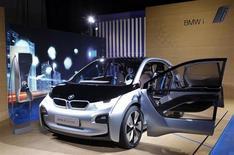 """Le modèle concept de voiture électrique BMW i3, lors de sa présentation à New York, en novembre 2013. Le constructeur allemand de voitures de luxe s'apprête à bouleverser le secteur du véhicule électrique en dévoilant lundi son premier modèle du genre, la """"i3"""", au moment même où cette industrie traverse une première crise de croissance. /Photo prise le 13 novembre 2012/REUTERS/Chip East"""