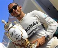 Piloto britânico da equipe Mercedes Lewis Hamilton posa para foto com seu troféu após vencer o Grande Prêmio da Hungria de Fórmula, no circuito Hunagoring, em Mogyorod, próximo a Bucareste. Hamilton disse que seria um milagre vencer o GP da Hungria, neste domingo, mas no fim os pneus que o vinham atormentando levaram-no ao triunfo. 28/07/2013. REUTERS/Bernadett Szabo