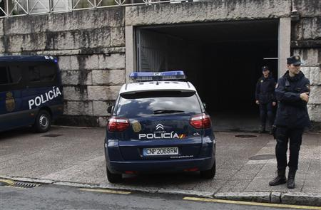 A police car arrives at the courthouse with Francisco Garzon inside in Santiago de Compostela, northwestern Spain, July 28, 2013. REUTERS/Miguel Vidal