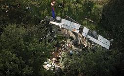 Упавший с обрыва автобус около города Авеллино 29 июля 2013 года. По меньшей мере 36 человек погибли после падения автобуса с высоты более 15 метров на юге Италии в воскресенье, сообщил представитель местной пожарной службы. REUTERS/Ciro De Luca