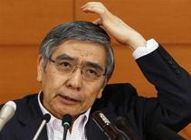 Управляющий Банка Японии Харухико Курода на пресс-конференции в главном здании ЦБ в Токио 11 июня 2013 года. Планируемое увеличение налога с продаж не повредит экономике и необходимо для восстановления государственных финансов, заявил Харухико Курода на фоне сообщений о том, что премьер-министр может отложить или даже отменить эту реформу. REUTERS/Yuya Shino