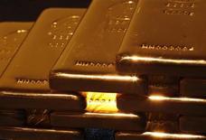Слитки золота в магазине Ginza Tanaka в Токио 18 апреля 2013 года. Рост цен на золото приостановился накануне совещания ФРС, от которого ждут намеков на срок сокращения объема скупки облигаций. REUTERS/Yuya Shino