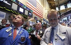 Wall Street a ouvert en léger repli lundi, les investisseurs jouant la carte de la prudence. Quelques minutes après l'ouverture, le Dow Jones perd 0,24%. Le Standard & Poor's 50 recule de 0,24% et le Nasdaq de 0,04%. /Photo prise le 23 juillet 2013/REUTERS/Brendan McDermid
