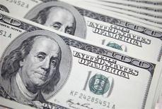 Долларовые купюры в банке в Сеуле 20 сентября 2011 года. Крупнейший в России производитель серебра Полиметалл намерен выплатить дивиденды за первое полугодие, несмотря на ожидаемые многомиллионные списания на обесценение активов из-за падения цен на драгметаллы, сказал глава компании в понедельник. REUTERS/Lee Jae-Won