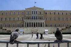 Le Parlement grec, sur la place Syntagma (Constitution), à Athènes. Le Fonds monétaire international a débloqué lundi une tranche d'aide de 1,7 milliard d'euros dans le cadre du plan d'aide international à la Grèce. /Photo prise le 18 juillet 2013/REUTERS/Yannis Behrakis