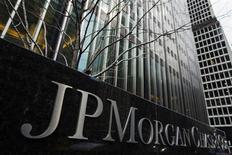 """Foto de archivo de las oficinas centrales de JPMorgan Chase & Co en Nueva York. El regulador de energía de Estados Unidos tomó medidas el lunes para acusar a JPMorgan Chase & Co. de manipular los precios de la electricidad, confirmando reportes de medios que habían circulado durante meses sobre esquemas de transacciones con valores """"arreglados"""" al interior del banco. Mar 15, 2013. REUTERS/Lucas Jackson"""