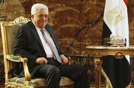 Palestinian President Mahmoud Abbas attends a meeting with Egypt's interim President Adli Mansour (not seen) at El-Thadiya presidential palace in Cairo, July 29, 2013. REUTERS/Amr Abdallah Dalsh