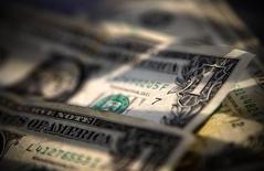 Долларовые купюры в Торонто 26 марта 2008 года. Международный валютный фонд одобрил предоставление Греции 1,7 миллиарда евро ($2,3 миллиарда) в рамках программы финансовой помощи Афинам после оценки ситуации в лишенной денежных средств стране. REUTERS/Mark Blinch