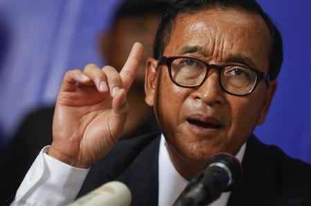 Sam Rainsy, president of the Cambodia National Rescue Party (CNRP) makes a point as he addresses reporters at his party's headquarters in Phnom Penh July 29, 2013. REUTERS/Samrang Pring